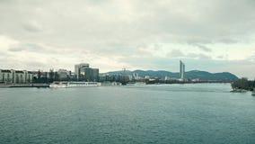 VIENNA, AUSTRIA - il 25 DICEMBRE, Steadicam ha sparato del Danubio, barche turistiche e di Pensionsversicherungsanstalt distante stock footage