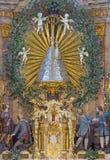 VIENNA, AUSTRIA - 30 LUGLIO 2014: L'altare principale della parte centrale con la statua di Madonna in chiesa Pfarkirche Maria Hi Fotografie Stock