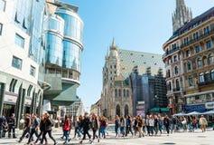 VIENNA, AUSTRIA 3 luglio: Via di Graben dei turisti a piedi in Vienn immagini stock libere da diritti
