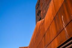 Vienna, Austria Universit? economica 2 03 2019 Architettura insolita moderna La costruzione accademica dagli strati di metallo ar fotografie stock
