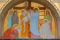 Vienna - deposito della scena trasversale sopra St John dell'altare laterale trasversale da P. Verkade (1927) nella chiesa delle C Fotografia Stock