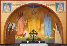 Vienna - Gesù con l'affresco di Eliah e di Mosè da P. Verkade (1927) dall'altare laterale nella chiesa delle Carmelitane Fotografia Stock Libera da Diritti
