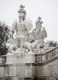 Vienna - Gloriette in palazzo di Schonbrunn e statua dei guardiani nell'inverno. Immagini Stock Libere da Diritti