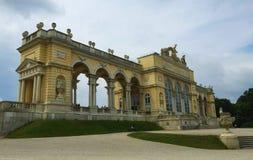 Vienna - il parco al palazzo di Schönbrunn - Gloriette immagini stock