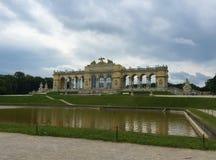 Vienna - il parco al palazzo di Schönbrunn - Gloriette immagini stock libere da diritti