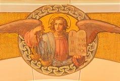 Vienna - l'affresco dell'angelo con il fuoco da Josef Kastner il più giovane da 20 centesimo nella chiesa Muttergotteskirche immagini stock