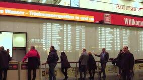 VIENNA, l'AUSTRIA - DICEMBRE, 24 aree di arrivo dell'aeroporto internazionale e la gente di riunione Fotografia Stock Libera da Diritti