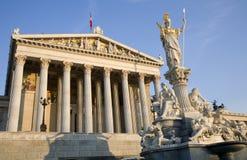 Vienna - Parlamento e fontana di Pallas Athena fotografia stock libera da diritti