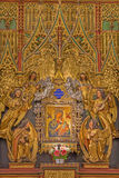 Vienna - parte di nuovo altare laterale policromo di legno gotico con l'icona di Madonna in chiesa gotica Maria Gestade. Immagine Stock Libera da Diritti