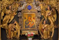Vienna - parte di nuovo altare laterale policromo di legno gotico con Madonna in chiesa gotica Maria Gestade Fotografia Stock Libera da Diritti