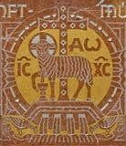 Vienna - sollievo di Agnus Dei dall'altare laterale nella chiesa delle Carmelitane in Dobling dal laboratorio di Geyling Fotografie Stock Libere da Diritti