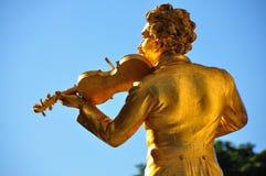 Vienna - statua di J.Strauss in Stadtpark immagini stock libere da diritti