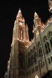 Viennas Rathaus nachts, Österreich Stockfotos