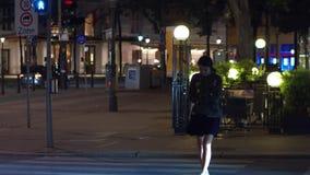 VIENNE, AUTRICHE - 11 AOÛT 2017 Jeune femme marchant sur le passage piéton de ville le soir banque de vidéos