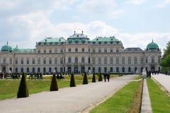 VIENNE, AUTRICHE - 30 avril 2017 : Beau bâtiment de palais supérieur de belvédère un jour ensoleillé avec le ciel bleu et les nua images stock