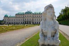 VIENNE, AUTRICHE - 30 avril 2017 : Palais supérieur de belvédère avec un plan rapproché d'une statue d'un cheval à l'entrée sur a Photographie stock libre de droits