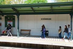 VIENNE, AUTRICHE - 30 avril 2017 : Passagers marchant et attendant un train à la station Schonbrunn de souterrain ou de tram image libre de droits