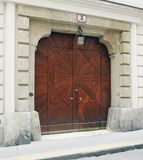 Vienne, Autriche - 15 avril 2018 : portes en bois antiques entrée principale avec le manteau de famille des bras Image stock
