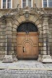 Vienne, Autriche - 15 avril 2018 : portes en bois antiques entrée principale avec le manteau de famille des bras Photographie stock libre de droits