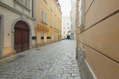 Vienne, Autriche - 15 avril 2018 : portes en bois antiques entrée principale avec le manteau de famille des bras Image libre de droits