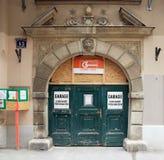 Vienne, Autriche - 15 avril 2018 : portes en bois antiques entrée principale avec le manteau de famille des bras Photos stock
