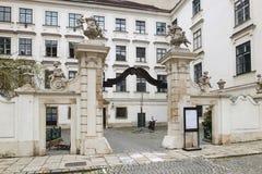 Vienne, Autriche - 15 avril 2018 : portes en bois antiques entrée principale avec le manteau de famille des bras Photo stock