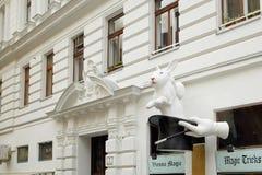 Vienne, Autriche - 15 avril 2018 : Sculpture d'un lapin blanc dans des scories photos stock