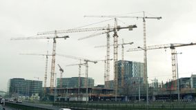 VIENNE, AUTRICHE - DÉCEMBRE, 24 grues au grand chantier de construction Les bâtiments de luxe d'icône au centre de la ville Image stock