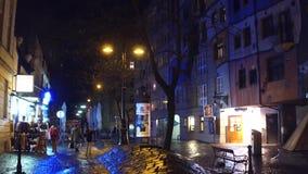 VIENNE, AUTRICHE - DÉCEMBRE, 24, 2016 touristes marchant près de la Chambre célèbre de Hundertwasser d'expressioniste la nuit Photo stock