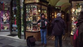 VIENNE, AUTRICHE - DÉCEMBRE, 24, 2016 Jouer de musicien de rue bayan ou accordéon Photographie stock libre de droits