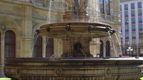 Vienne, Autriche en octobre 2018 La fontaine d'opéra à l'état Opéra de Vienne banque de vidéos