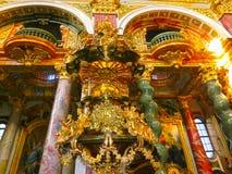 Vienne, Autriche - 2 janvier 2015 : L'intérieur de la belle église de jésuite ou Jesuitenkirche, un de deux étages, double Photographie stock libre de droits