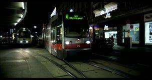 VIENNE, AUTRICHE, janvier 2014 - rue et tram la nuit clips vidéos
