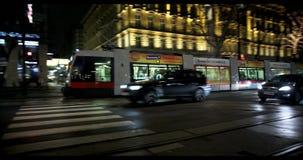 VIENNE, AUTRICHE, janvier 2014 - rue et tram la nuit banque de vidéos