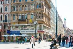 VIENNE, AUTRICHE 3 juillet : Rue de Graben de touristes à pied dans Vienn Image stock
