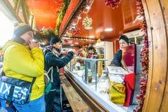Vienne Autriche le 26 décembre 2018 : Visiteurs au support du marché de Noël de Vienne Christkindlmarkt devant une vente de suppo photos stock