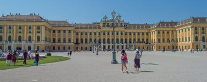 Vienne, Autriche, les gens marchant autour du palais de Schonbrunn à Vienne images stock
