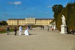 Vienne, Autriche - 24 septembre 2014 : Séance photos de mariage des jeunes mariés près du palais de Schonbrunn Images stock