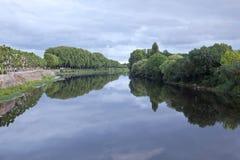 Vienne-Fluss durch Chinon Frankreich Stockbilder