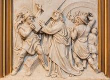 Vienne - Jésus porte sa croix Soulagement en tant qu'une part de cycle croisé de manière dans l'église de Sacre Coeur Images libres de droits