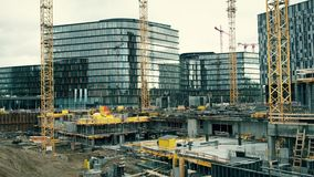 VIENNE, l'AUTRICHE - DÉCEMBRE, 24 sous-sols et les grues au grand chantier de construction Les bâtiments de luxe d'icône Image libre de droits