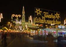 Vienne - la façade du ville-hall et de la décoration de Noël Images libres de droits