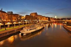 Vienne la nuit, canal de Danube photos stock