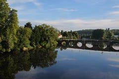 Vienne rzeka, widok średniowieczny bridżowy Confolens, Francja Fotografia Royalty Free