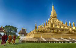 VIENTIANE, LAOS - 19 DE JANEIRO DE 2012: Rezar budista e wa da monge Fotografia de Stock Royalty Free