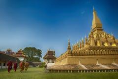 VIENTIANE, LAOS - 19 DE JANEIRO DE 2012: Rezar budista e wa da monge Fotos de Stock Royalty Free