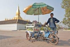 VIENTIANE, LAOS - 19 DE JANEIRO DE 2012: vendedor ambulante local em Wat P Imagens de Stock