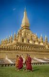 VIENTIANE LAOS, STYCZEŃ, - 19, 2012: Mnicha buddyjskiego wa i modlenie Zdjęcie Royalty Free