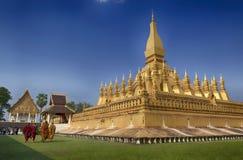 VIENTIANE LAOS, STYCZEŃ, - 19, 2012: Mnicha buddyjskiego wa i modlenie Zdjęcie Stock