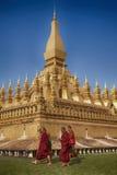 VIENTIANE LAOS, STYCZEŃ, - 19, 2012: Mnicha buddyjskiego wa i modlenie Zdjęcia Royalty Free
